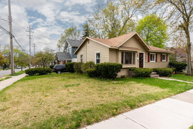 Listing Photo for 1561 Giddings Avenue